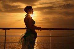 Mujer que se coloca en la cubierta del barco de cruceros Imagen de archivo