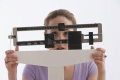 Mujer que se coloca en la escala - aislada Fotografía de archivo