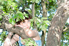 Mujer que se coloca en la manzana imagenes de archivo