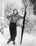 Mujer que se coloca en la nieve con sus cielos a disposición (todas las personas representadas no son vivas más largo y ningún es Fotografía de archivo libre de regalías