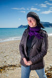 Mujer que se coloca en la playa Fotos de archivo libres de regalías