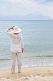 Mujer que se coloca en la playa arenosa Fotos de archivo