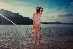Mujer que se coloca en la playa tropical con el tubo respirador Fotografía de archivo libre de regalías