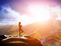 Mujer que se coloca en la posición de la yoga del árbol en montañas Imagen de archivo libre de regalías