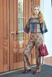 Mujer que se coloca en la puerta Fotografía de archivo
