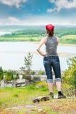 Mujer que se coloca en la roca Fotografía de archivo libre de regalías