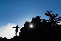Mujer que se coloca en la roca al lado del castillo de Buffavento en Kyrenia, Chipre septentrional Foto de archivo