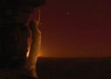Mujer que se coloca en otro planeta fotografía de archivo libre de regalías