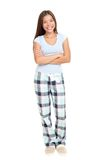 Mujer que se coloca en pijamas Fotografía de archivo