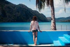 Mujer que se coloca en piscina vacía Fotos de archivo libres de regalías