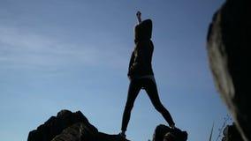 Mujer que se coloca encima de la montaña metrajes