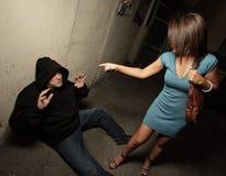 Mujer que se coloca sobre el ladrón Imagen de archivo libre de regalías