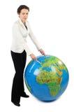 Mujer que se coloca y que señala en Europa en el globo Imagenes de archivo