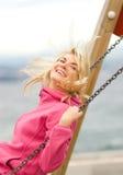 Mujer que se divierte al aire libre Fotografía de archivo