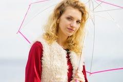 Mujer que se divierte al aire libre con el paraguas Foto de archivo