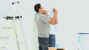 Mujer que se divierte con su novio durante una renovación metrajes