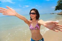 Mujer que se divierte en la playa Fotografía de archivo