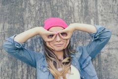 Mujer que se divierte Mujer que hace los prismáticos usando sus manos Ella i imagen de archivo libre de regalías