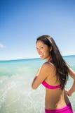 Mujer que se ejecuta en la playa Fotografía de archivo libre de regalías