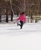 Mujer que se ejecuta en nieve Imagenes de archivo