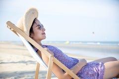 Mujer que se enfría en la playa Fotografía de archivo