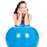 Mujer que se inclina en la bola grande Fotos de archivo