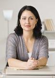 Mujer que se inclina en la fotocopiadora Imágenes de archivo libres de regalías