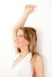 Mujer que se inclina en la pared Fotos de archivo libres de regalías