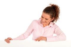 Mujer que se inclina en una cartelera Imagen de archivo