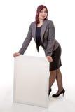 Mujer que se inclina en una muestra en blanco con sus manos Imagenes de archivo