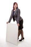 Mujer que se inclina en una muestra en blanco con sus manos Fotografía de archivo