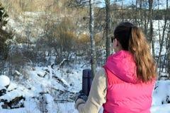 Mujer que se inclina a la cerca nevosa Imagen de archivo libre de regalías