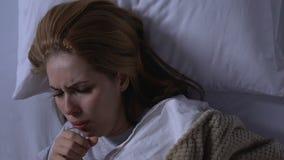 Mujer que se levanta de la cama, náusea y vomitando durante el embarazo, visión superior almacen de video