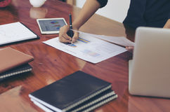 Mujer que se levanta en el escritorio y el cierre de trabajo de la mano del documento de la escritura Fotos de archivo