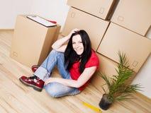 Mujer que se mueve a la nueva casa foto de archivo libre de regalías