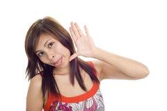 Mujer que se pega la lengüeta hacia fuera Imagen de archivo