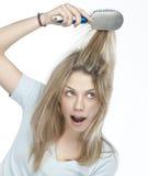 Mujer que se peina el pelo Imagen de archivo