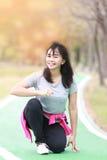 Mujer que se prepara para correr en jardín fotos de archivo libres de regalías