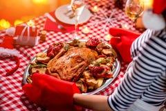 Mujer que se prepara para la cena de la Navidad Foto de archivo
