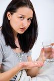 Mujer que se prepara para tomar la píldora Foto de archivo libre de regalías
