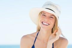 Mujer que se ríe de la playa imagen de archivo libre de regalías