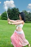 Mujer que se realiza con una espada imagen de archivo