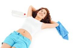 Mujer que se reclina después de deportes Fotos de archivo libres de regalías