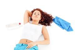 Mujer que se reclina después de deportes Imagen de archivo libre de regalías