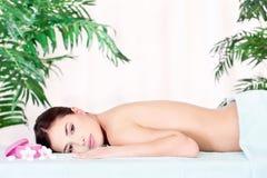 Mujer que se reclina después de masaje Foto de archivo libre de regalías