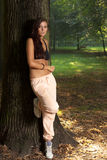 Mujer que se reclina en el parque Fotografía de archivo libre de regalías