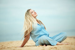 Mujer que se reclina en la playa Fotos de archivo libres de regalías