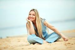 Mujer que se reclina en la playa Imágenes de archivo libres de regalías
