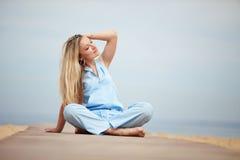 Mujer que se reclina en la playa Fotografía de archivo
