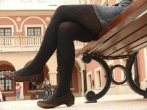Mujer que se reclina sobre el banco Fotos de archivo libres de regalías